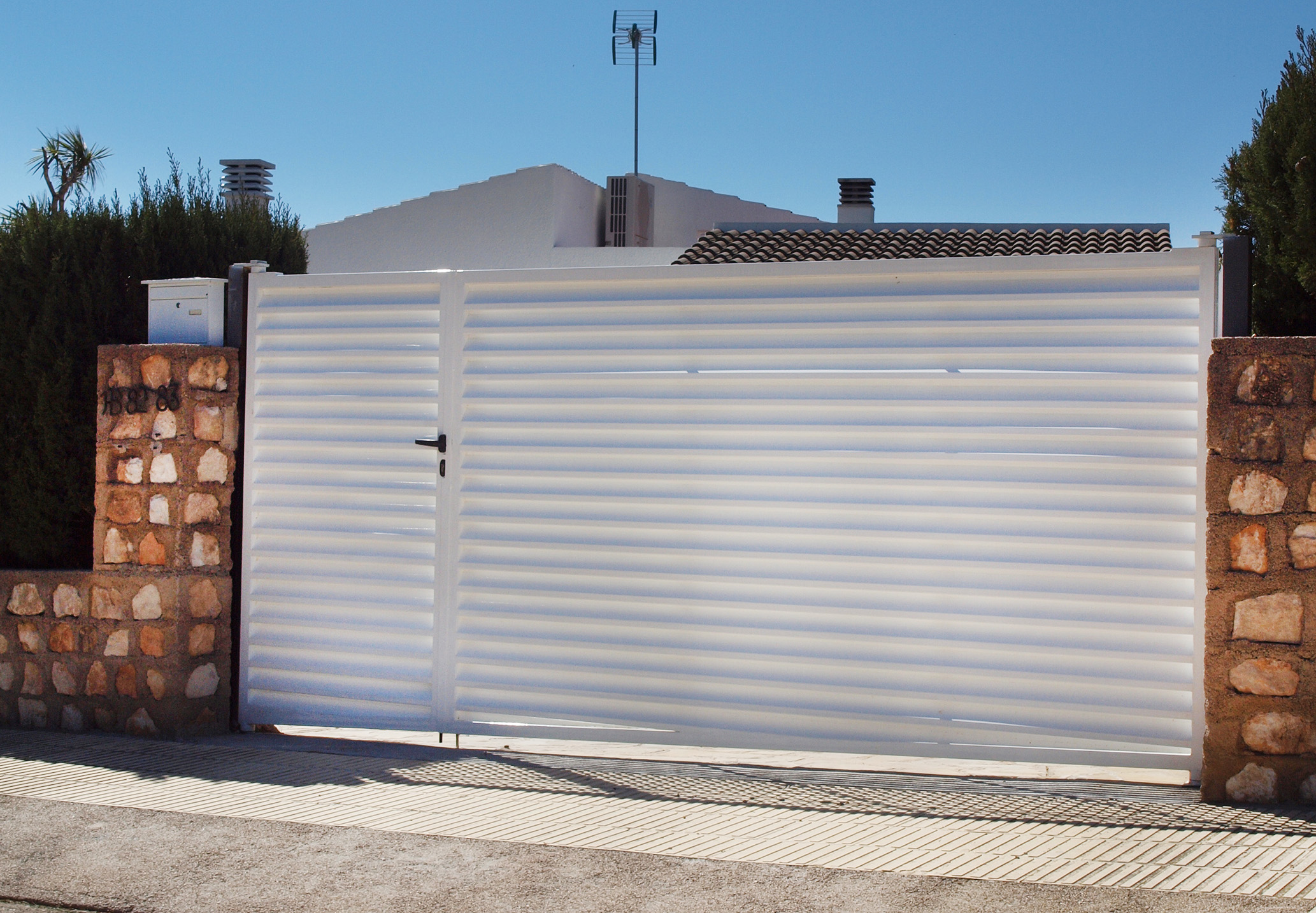 Puertas correderas jardin puerta corredera telescopica - Puertas de hierro para jardin ...